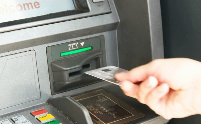 Bị nuốt thẻ ATM có rút được tiền không