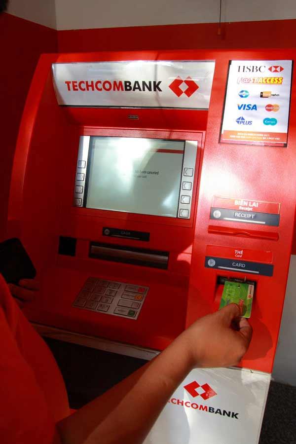 Làm gì khi bị nuốt thẻ atm techcombank
